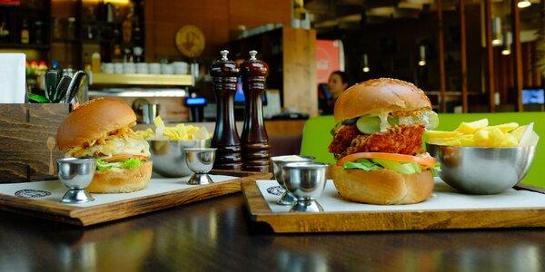 Hovädzí či kurací burger s hranolčekmi a domácou omáčkou