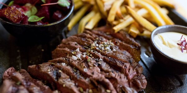 Hovädzí steak s pečenou cviklou a hranolčekmi