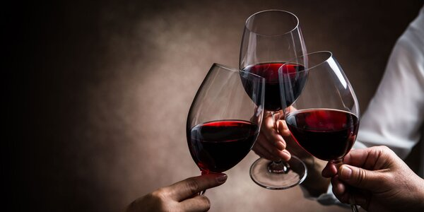 Závan leta s kartónom plným ovocných vín