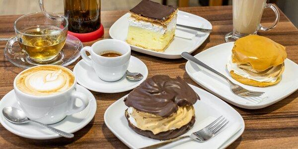 Káva alebo sypaný čaj a zákusok