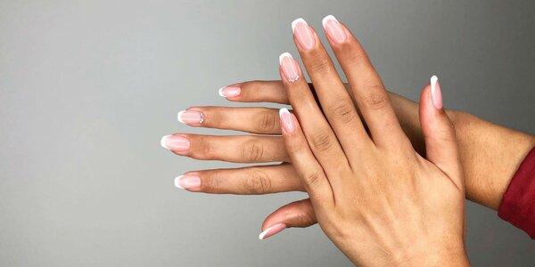 Nádherne upravené ruky s gél lakom či mokrou manikúrou