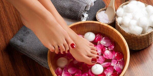 Mokrá pedikúra + masáž chodidiel alebo lakovanie