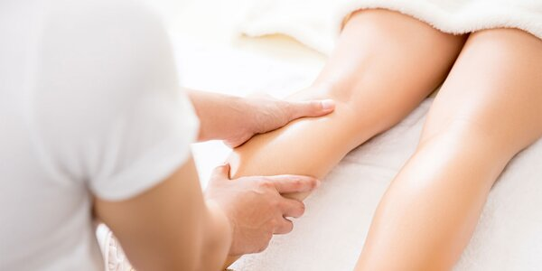 Anticelulitídna masáž alebo zábal