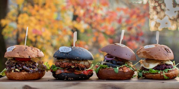 Jedzte zdravo! Obed, burger i koláč u Pánov Báklažánov!