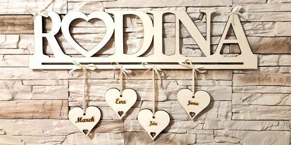 Drevená dekorácia na stenu s menami členov rodiny
