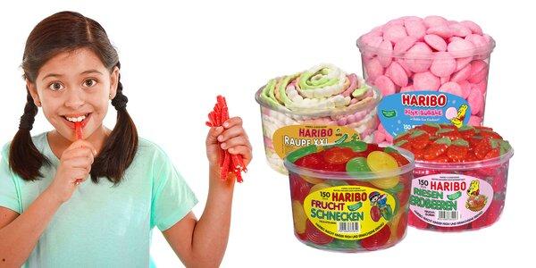 Zásoba želatínových cukríkov Haribo v dózach