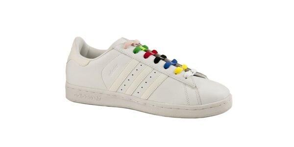 Biele kožené tenisky Adidas s farebnými šnúrkami