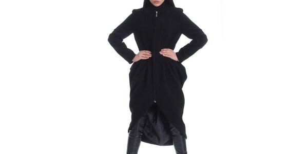 Dámsky čierny kabát a asymetricky strihanou zadnou stranou Caramela Fashion