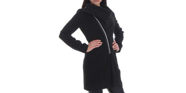 Dámsky čierny kabát so zipsovým zapínaním Caramela Fashion