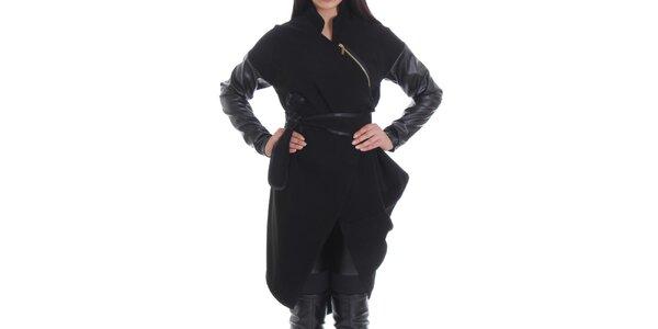 Dámsky čierny kabát s asymetricky umiestneným zipsom Caramela Fashion