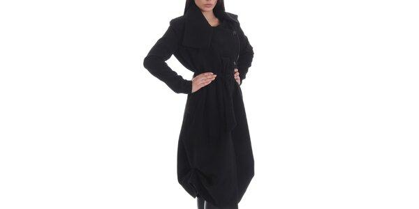 Dámsky čierny kabát s gombíkmi, opaskom a vreckami Caramela Fashion