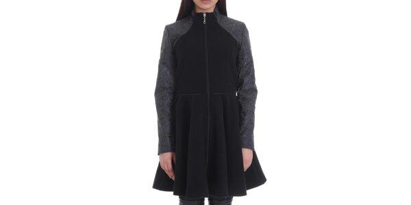 Dámsky čierny kabát s kontrastnými rukávmi Caramela Fashion