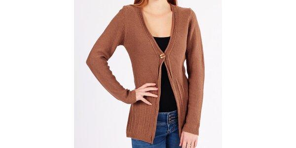 Dámsky svetlo hnedý sveter s gombíkom na hrudi Emma Pernelle