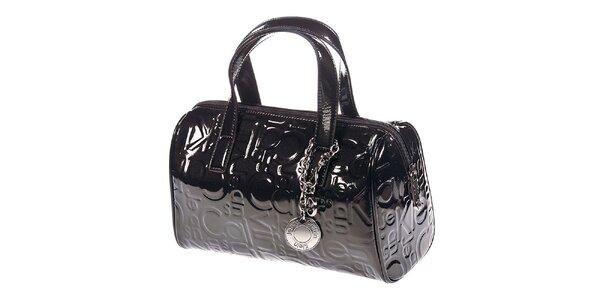 Dámska tmavá lesklá kabelka so vzorom Calvin Klein