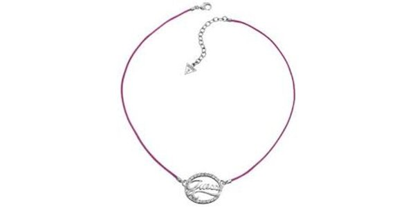 Dámsky náhrdelník s nápisom a ružovou šnúrkou Guess
