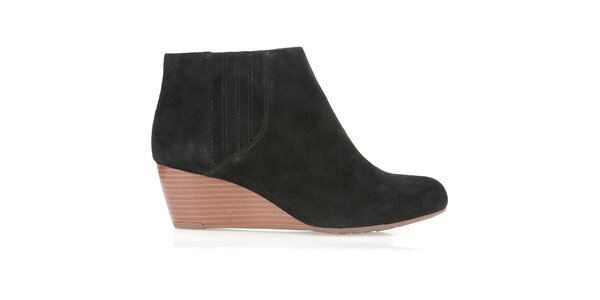 Dámske čierne semišové topánky na kline Clarks