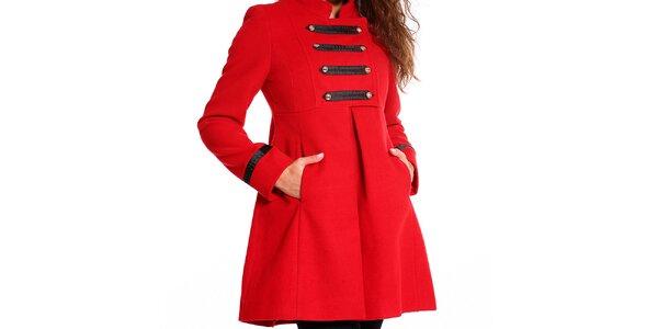 Dámsky červený kabátik s vojenskými prvkami Simonette bf1c09927f6