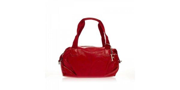 Červená kabelka s príveskom Ferré
