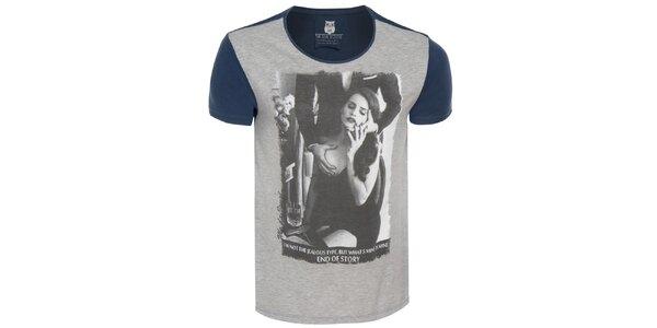 Pánske šedo-modré tričko so šteklivou potlačou Me Da Igual