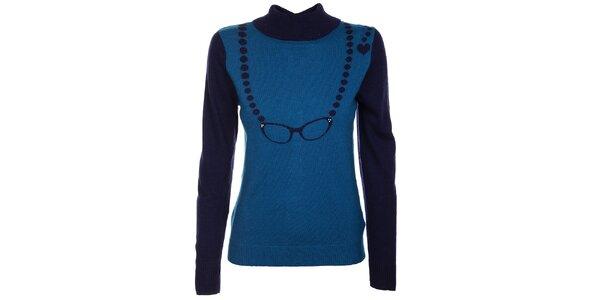 Dámsky modrý sveter Yumi so vzorom okuliarov a gombíčkami