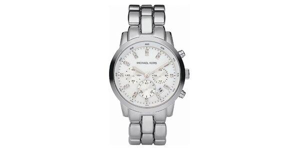 Oceľové hodinky v striebornej farbe s chronografom a dátumovkou Michael Kors