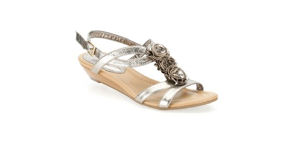 Dámske metalické sandálky s ružičkami Clarks