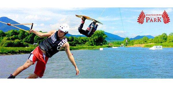 Adrenalínový wakeboarding v areáli vodného slalomu