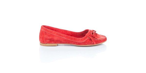 Dámske červené semišové loafers so strapcami a mašľou Bueno