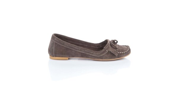 Dámske gaštanovo hnedé semišové loafers so strapcami a mašľou Bueno