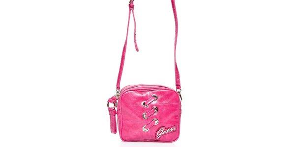 Dámska ružová kabelka Guess s ozdobným prešívaním