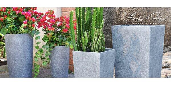 Vysoké plastové kvetináče so vzhľadom pieskovca