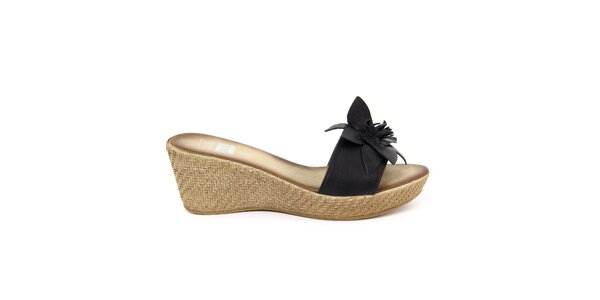 Dámske kožené čierne nazúvacie sandálky s kvetom Julie Julie