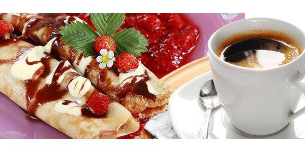 Espresso s mliekom a palacinky s ovocím