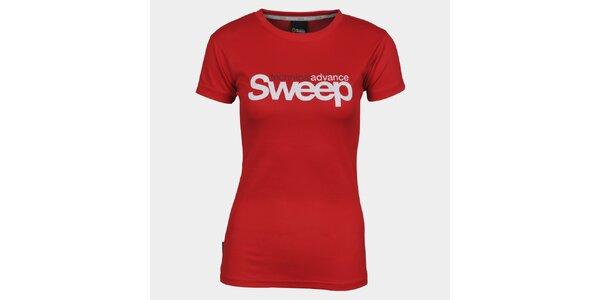 Dámske červené tričko s krátkym rukávom a značkou Sweep