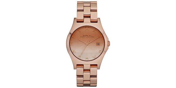 Dámske hodinky vo farbe ružového zlata s nápisom Marc Jacobs