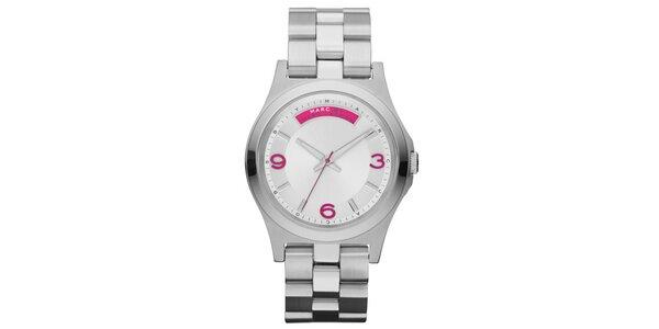 Dámske strieborné hodinky s fuchsiovými prvkami Marc Jacobs