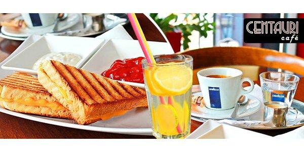 Káva, toast a citronáda v Kaviarni Centauri