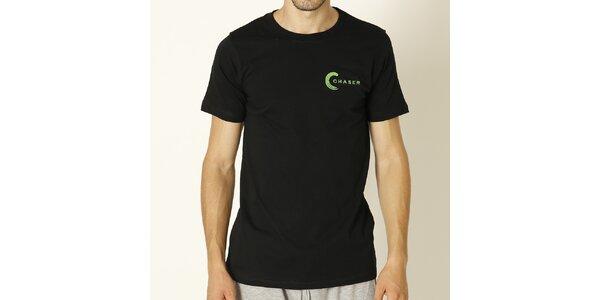 Pánske čierne tričko so zeleným nápisom Chaser
