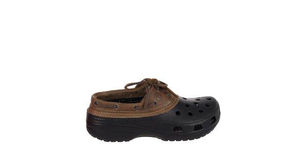 Pánske čierne dreváky Crocs s hnedým koženým lemom