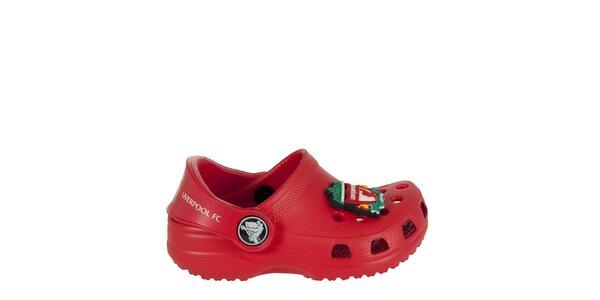 Chlapčenské červené papuče s brošňou Crocs