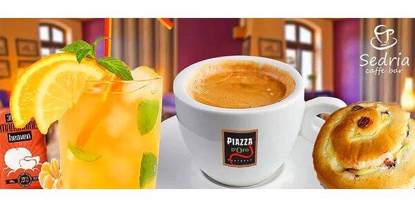 Lahodná káva, osviežujúca šťava z exotického ovocia a niečo sladké k tomu