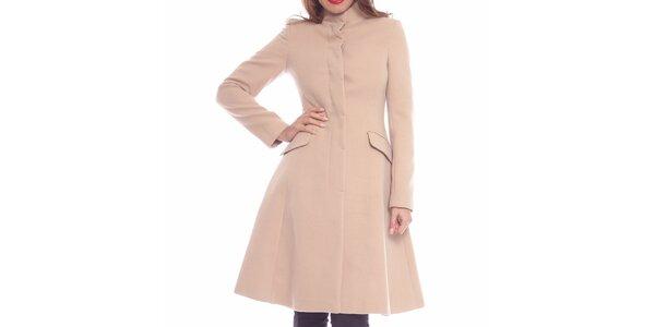 Dámsky pudrový priliehavý kabát Vera Ravenna