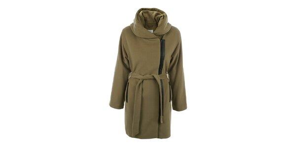 Dámsky svetlo hnedý kabát s veľkým límcom a čiernym zipsom inAvati