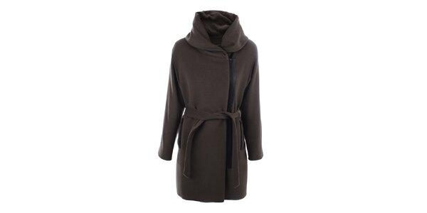 Dámsky kabát s veľkým límcom a čiernym zipsom inAvati