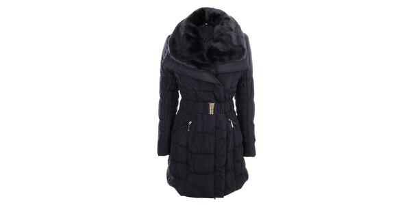 Dámsky tmavo modrý prešívaný kabát s veľkým kožúškovým límcom B.style