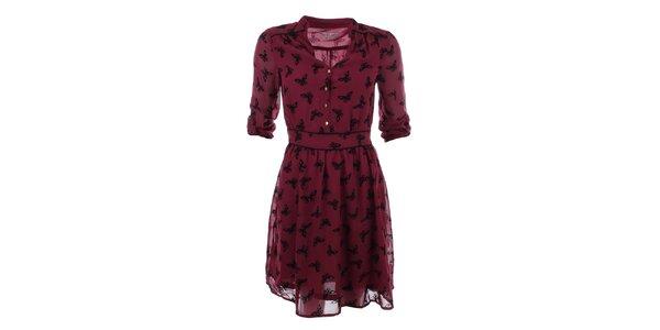 Dámske červené šaty s potlačou motýlikov