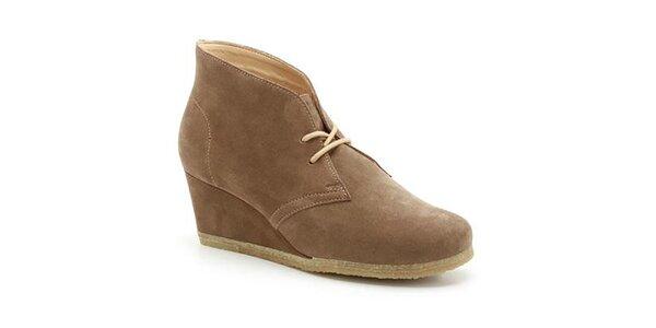 Dámske hnedé semišové topánky na kline Clarks