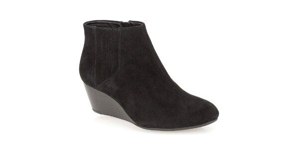 Dámske čierne členkové topánky na kline Clarks