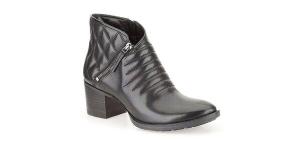 Dámske čierne členkové topánky na opätku s prešívaním Clarks