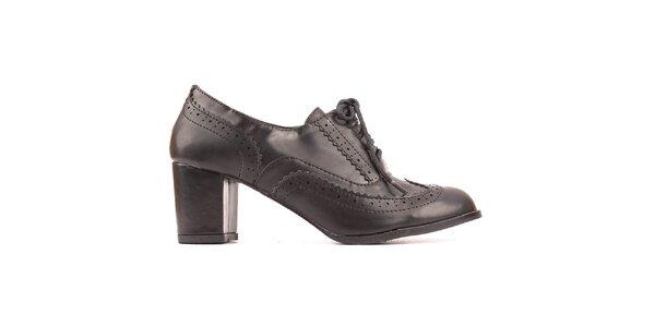 Dámske čierne topánky s ozdobnou perforáciou Spot on